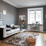 Оформление маленькой гостиной в серо-белой гамме