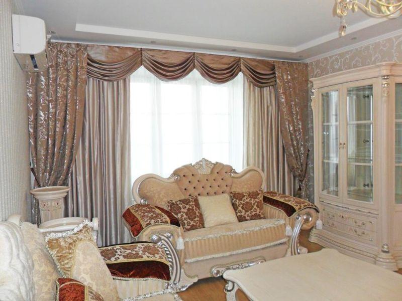 Оформление окна гостиной комнаты ламбрекенами