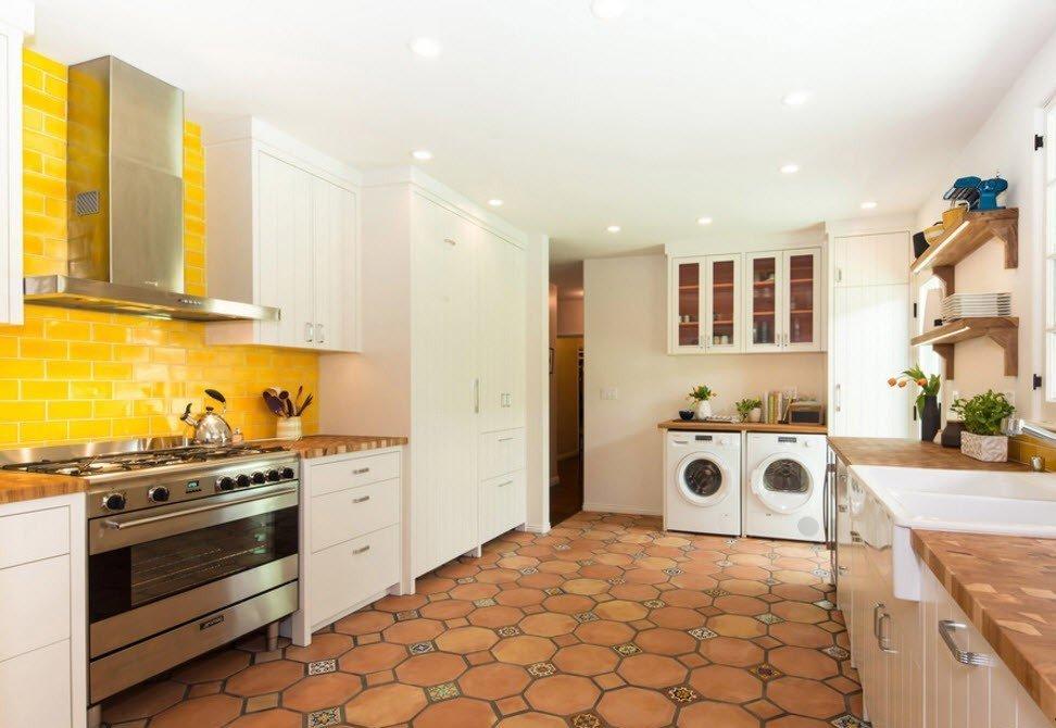 интерьер кухни с фартуком из плитки