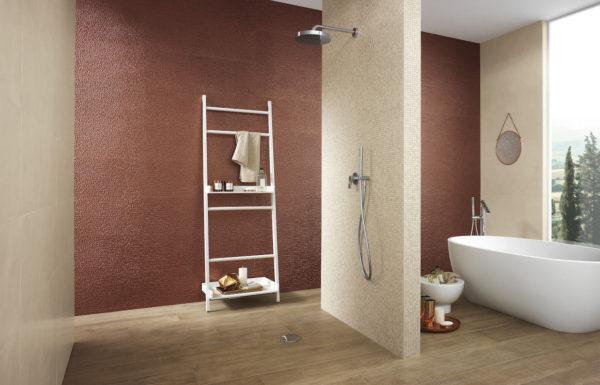 Сочетание бежевых и красных цветов в ванной комнате