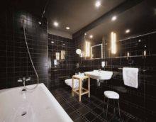 Современный дизайн ванной комнаты черный кафель и белая сантехника