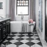 Современный дизайн ванной комнаты шахматная плитка под мрамор