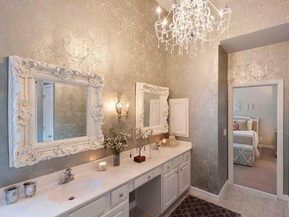 Современный дизайн ванной сочетает зеркала в багетах