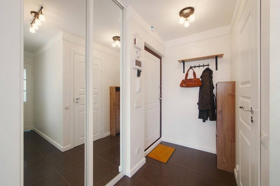 светлый дизайн узкого коридора