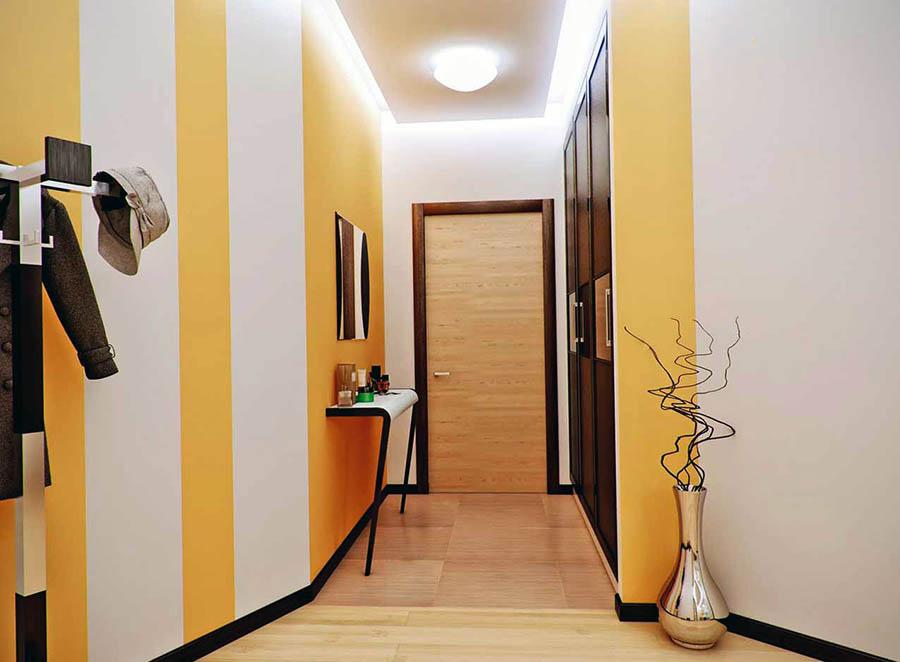 яркий дизайн узкого коридора