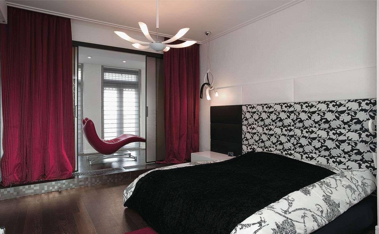 яркий дизайн спальни с балконом