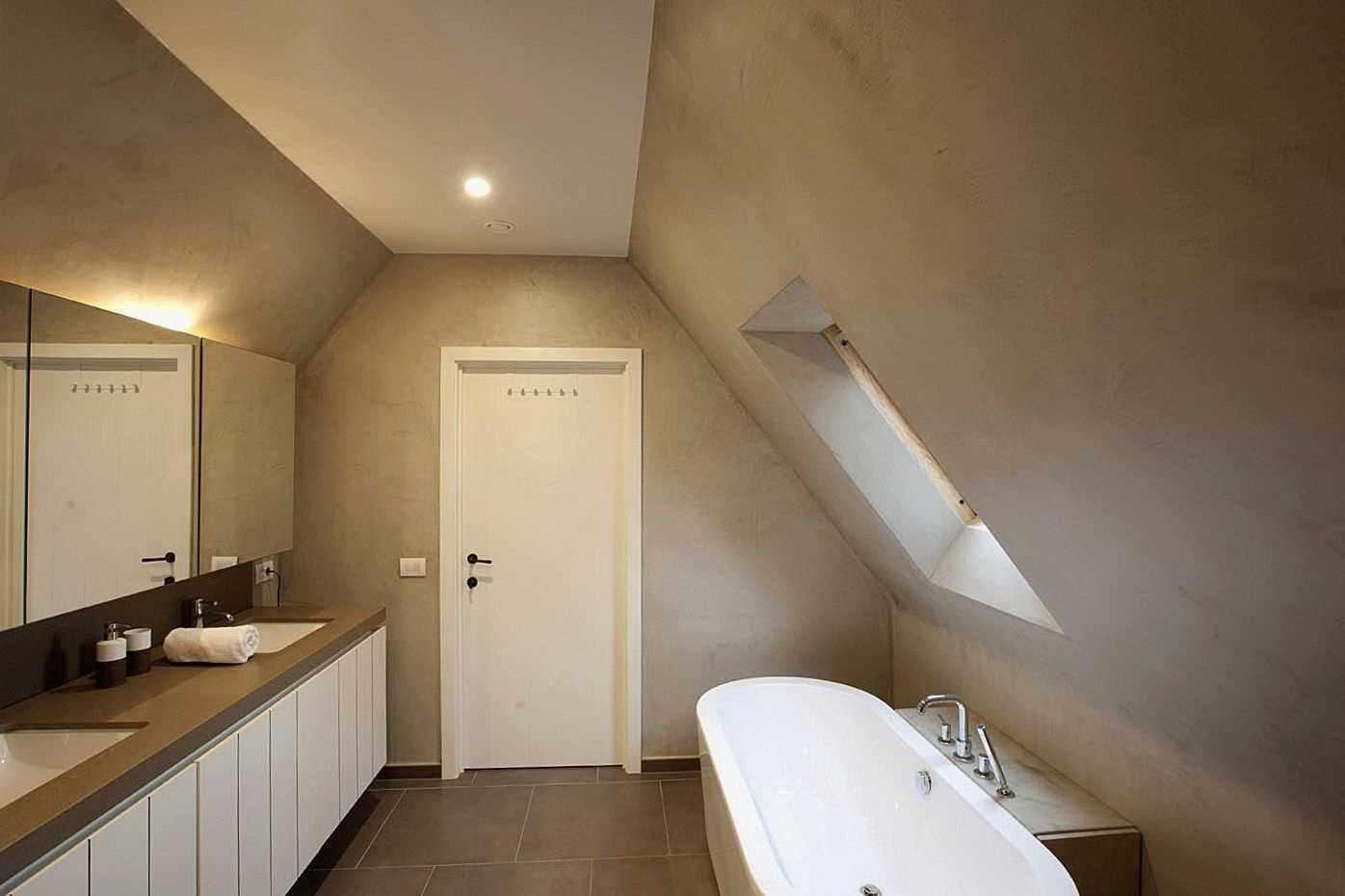 пример использования красивой декоративной штукатурки в декоре ванной комнаты