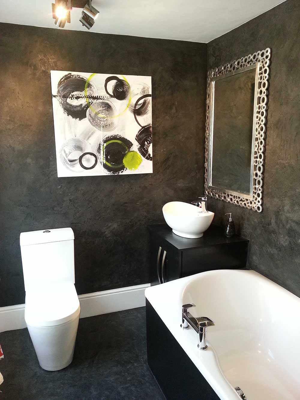 вариант применения яркой декоративной штукатурки в дизайне ванной