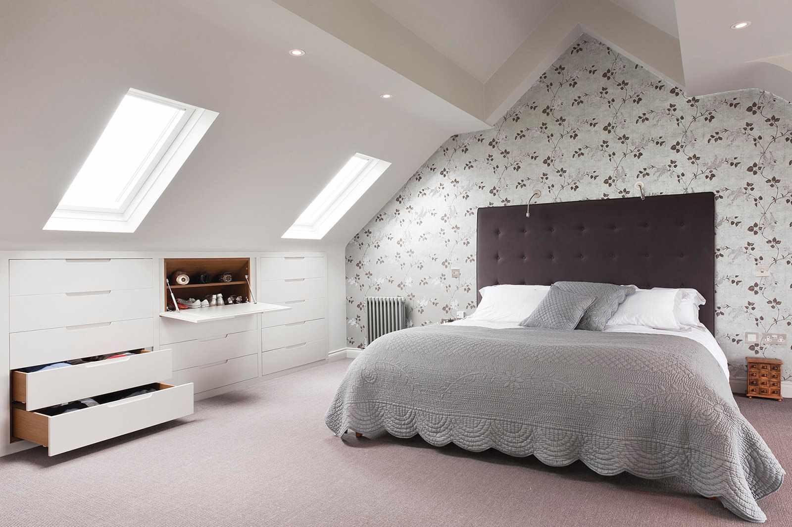 пример красивого декора спальной комнаты в мансарде