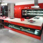 идея светлого интерьера красной кухни картинка