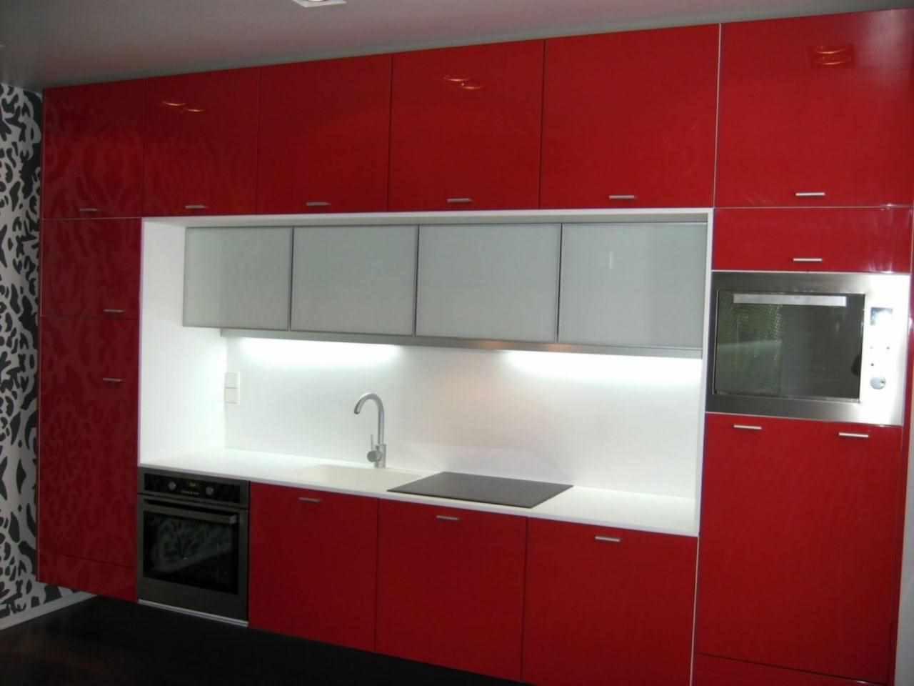 пример красивого интерьера красной кухни
