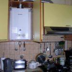 идея яркого декора кухни с газовым котлом фото
