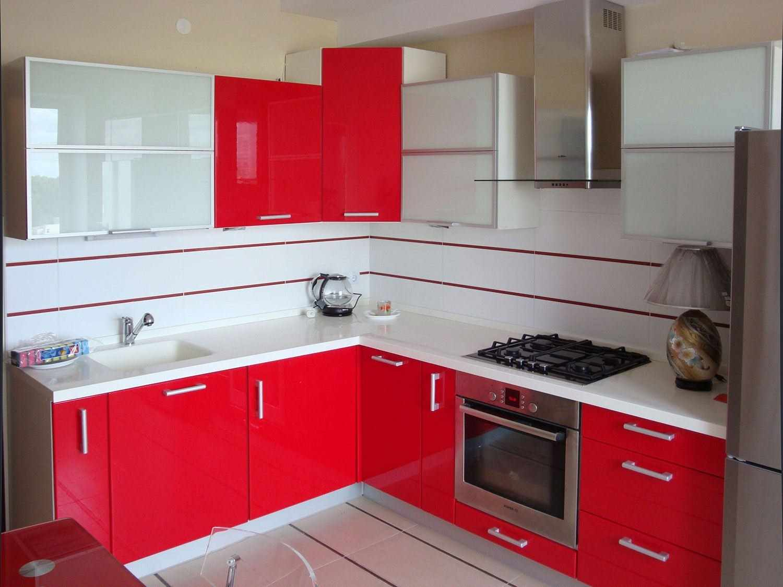 пример светлого дизайна красной кухни