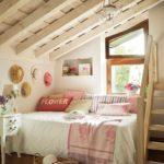 идея красивого декора спальной комнаты в мансарде фото