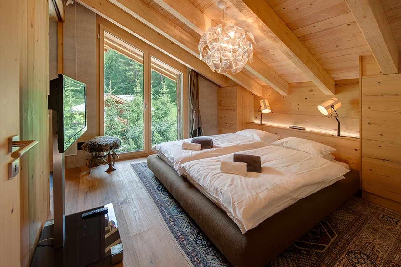 идея яркого интерьера спальной комнаты в мансарде