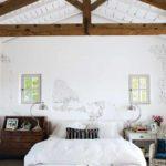 идея необычного интерьера спальни в мансарде картинка
