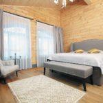 пример яркого стиля спальной комнаты в мансарде фото