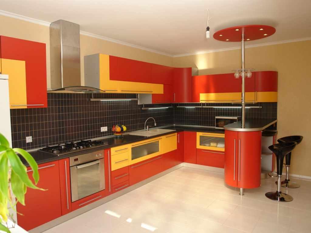 вариант светлого интерьера красной кухни
