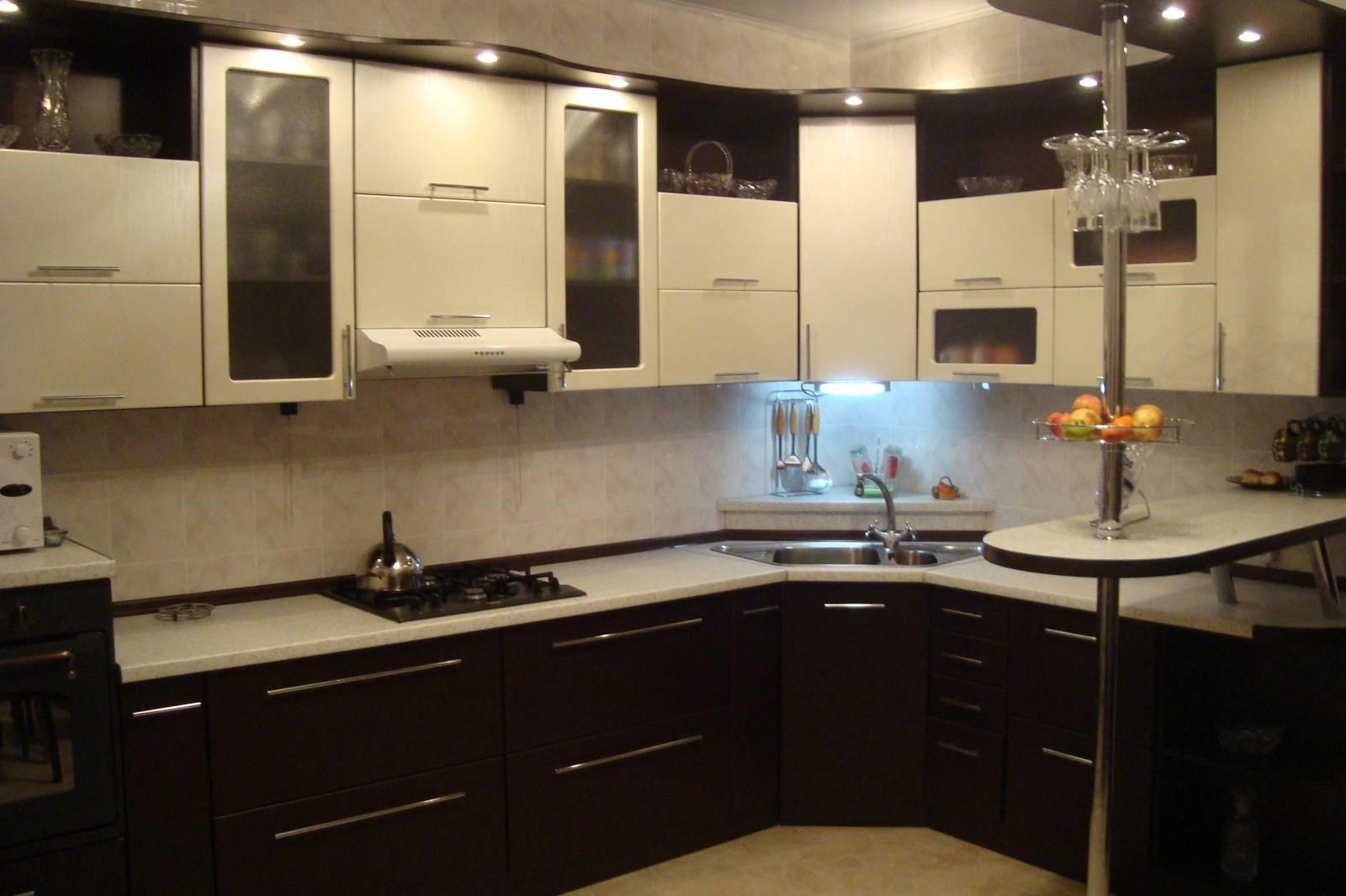 пример необычного интерьера угловой кухни