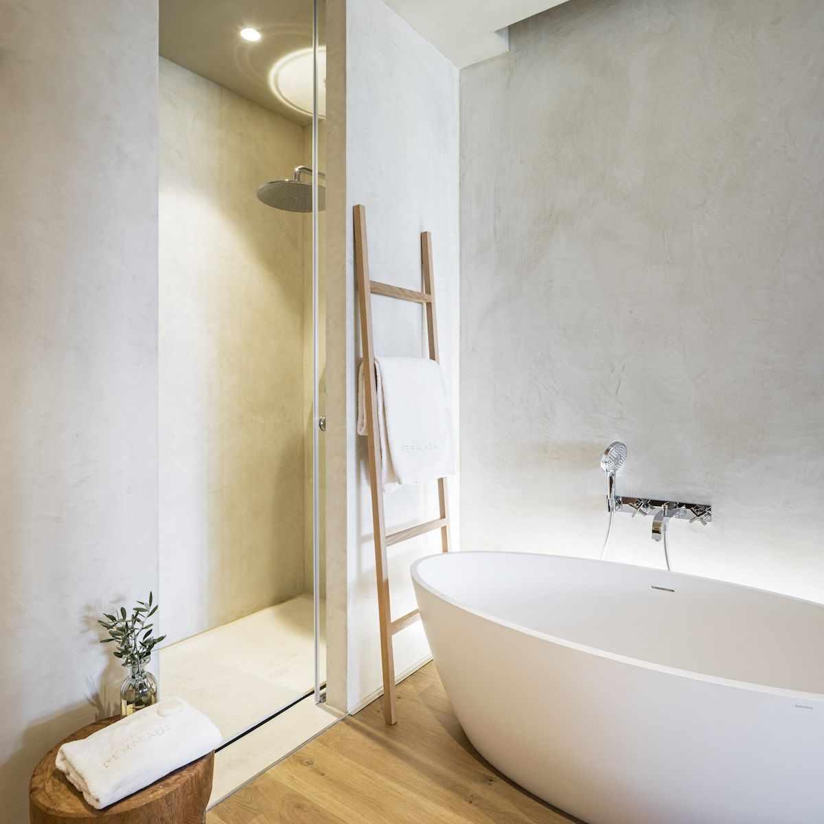 идея применения красивой декоративной штукатурки в декоре ванной комнаты