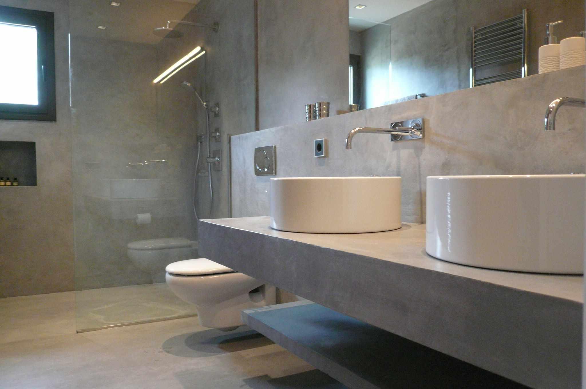идея применения яркой декоративной штукатурки в интерьере ванной комнаты