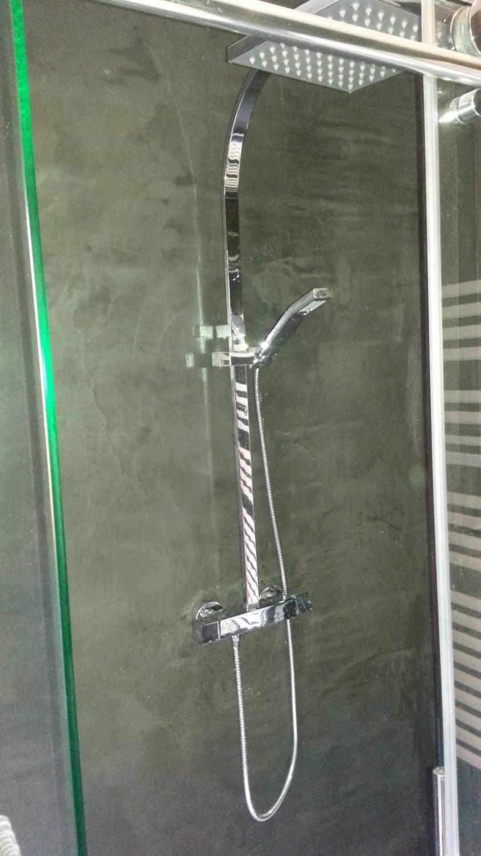 вариант использования светлой декоративной штукатурки в декоре ванной