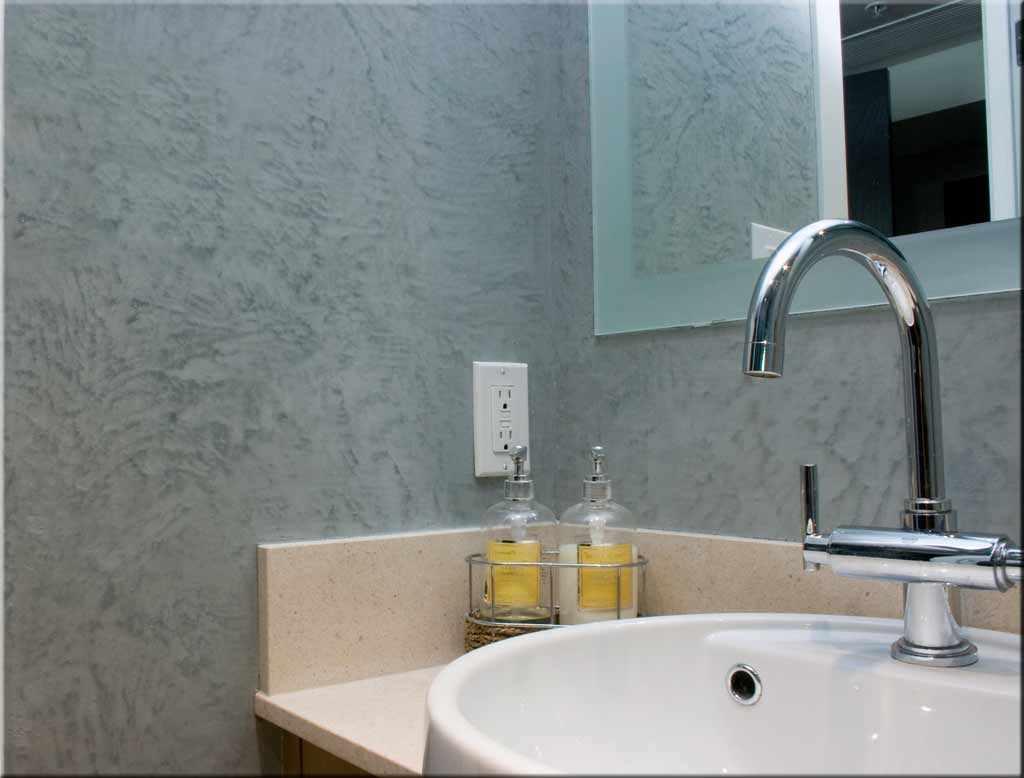 пример применения красивой декоративной штукатурки в дизайне ванной комнаты