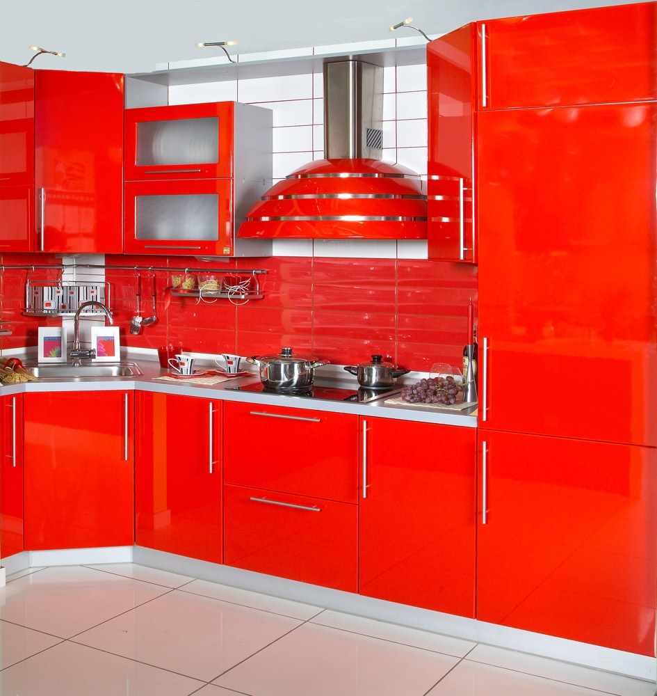 пример необычного стиля красной кухни