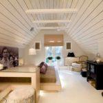 пример светлого стиля спальни в мансарде фото