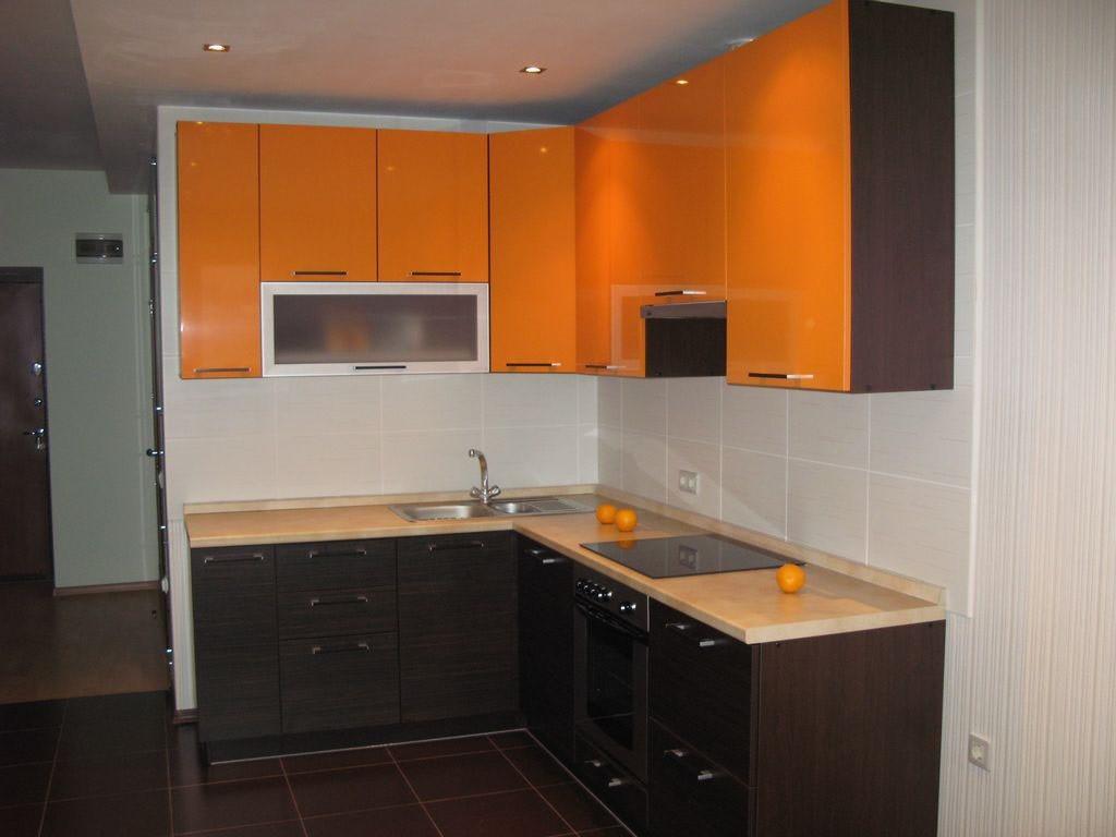 вариант яркого дизайна угловой кухни