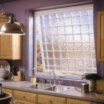 оформление окна на кухне стеклоблоки