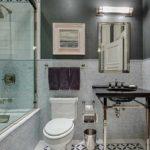 пример использования яркой декоративной штукатурки в интерьере ванной картинка