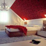 пример необычного интерьера спальной комнаты в мансарде фото
