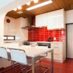 идея необычного дизайна красной кухни картинка