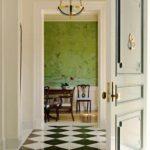 пример необычного декора коридора в частном доме картинка