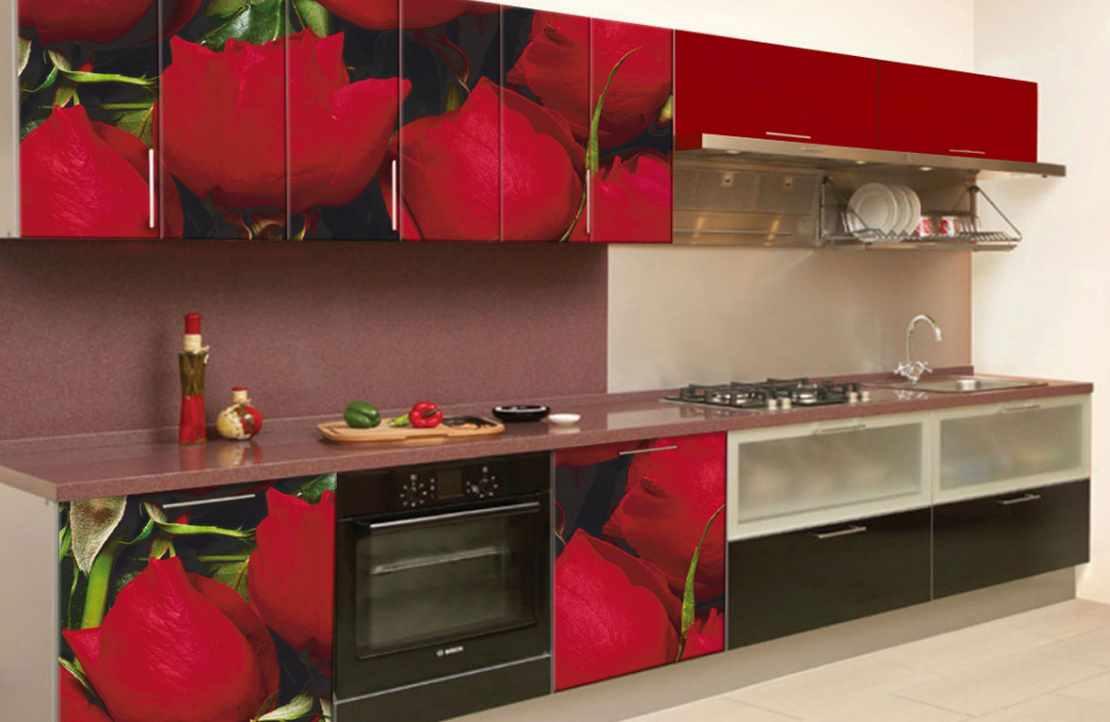 вариант яркого декора красной кухни