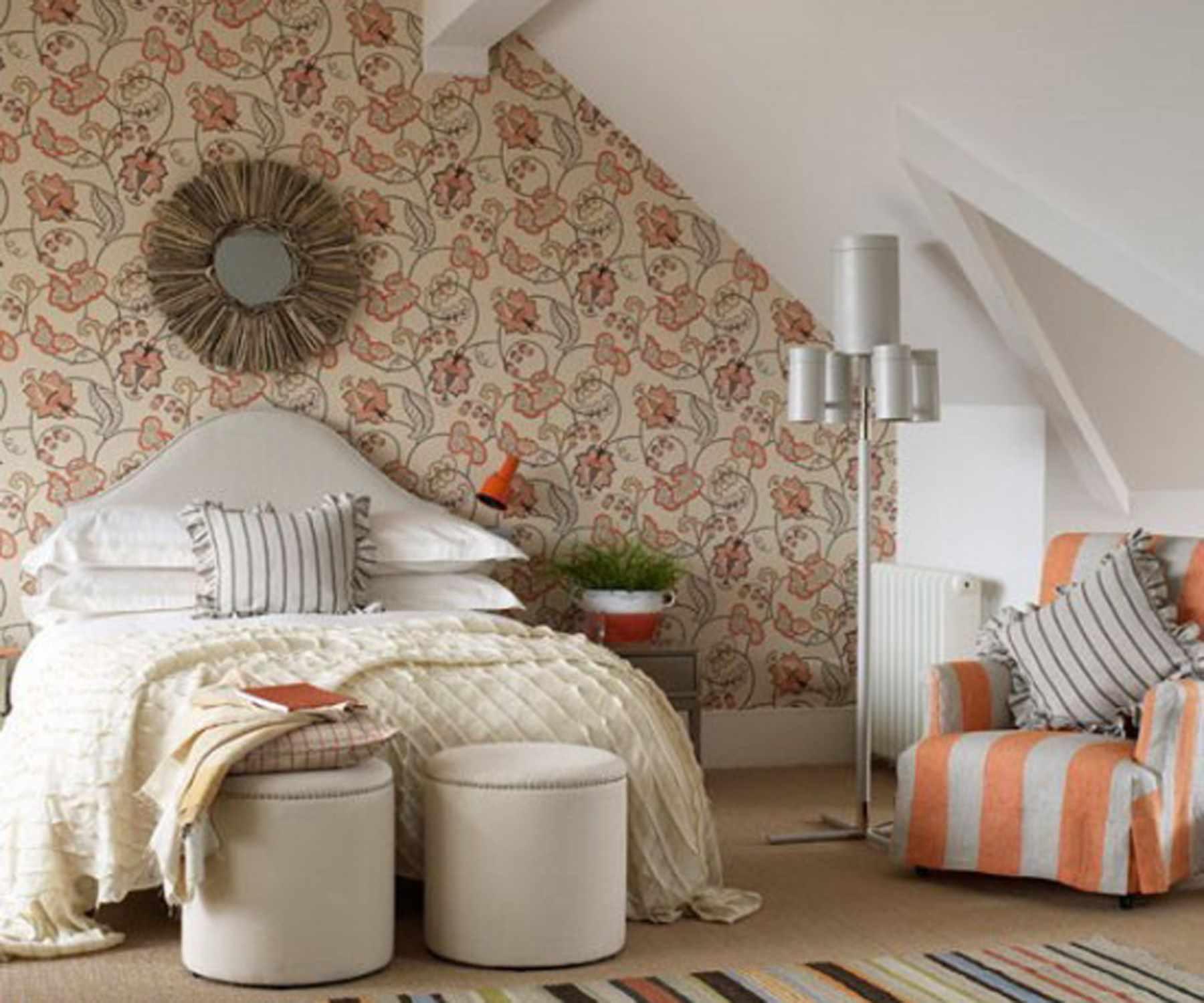 пример светлого декора спальни в мансарде
