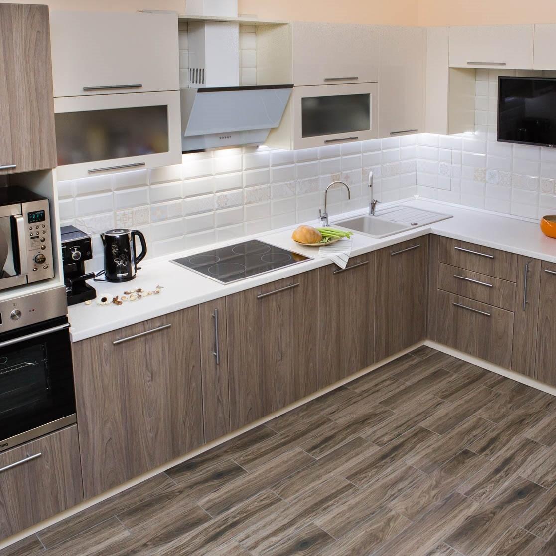 идея светлого стиля угловой кухни