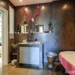 пример применения красивой декоративной штукатурки в дизайне ванной комнаты картинка