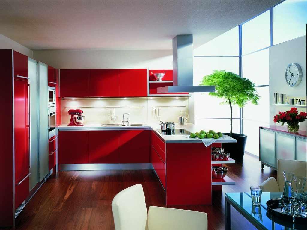 идея светлого дизайна красной кухни