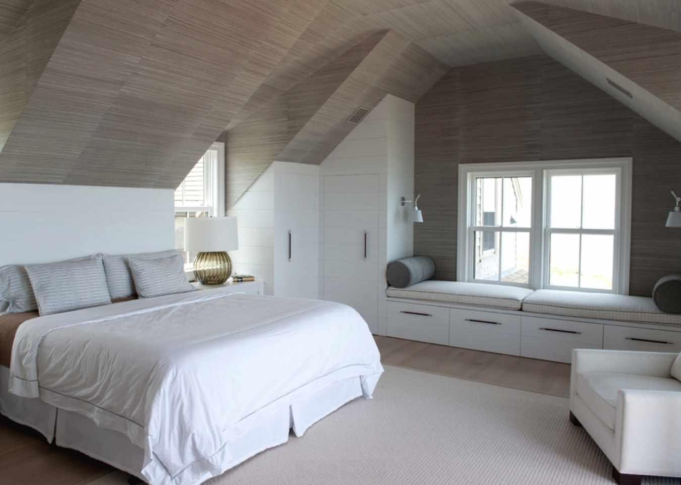 идея светлого дизайна спальной комнаты в мансарде