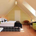идея необычного дизайна спальной комнаты в мансарде фото