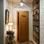 идея яркого стиля прихожей комнаты в частном доме картинка