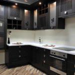 вариант светлого декора угловой кухни фото