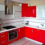 пример светлого стиля красной кухни фото