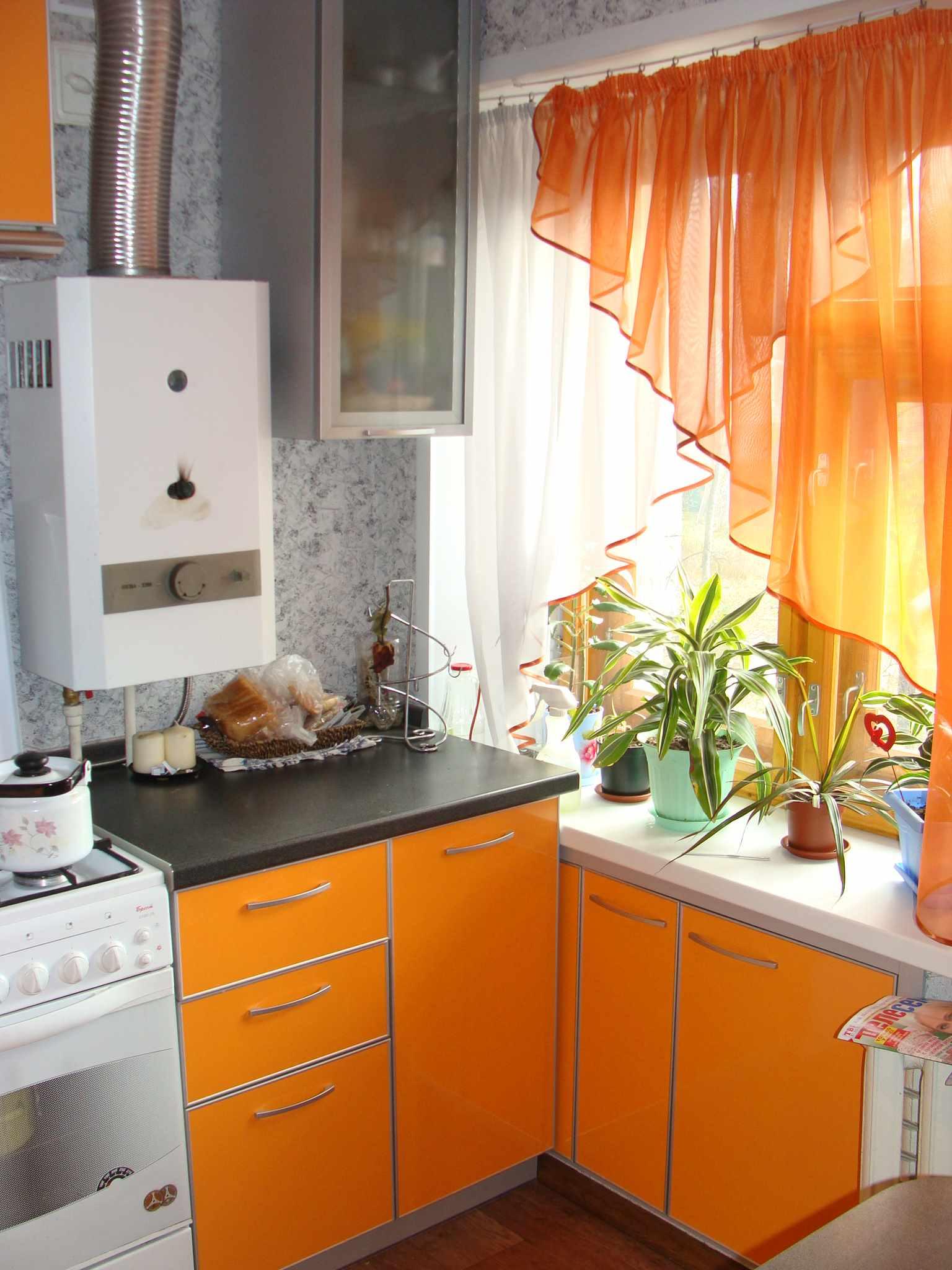 пример красивого интерьера кухни с газовым котлом