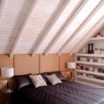 пример красивого декора спальной комнаты в мансарде картинка