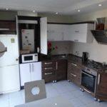 вариант яркого интерьера кухни с газовым котлом картинка