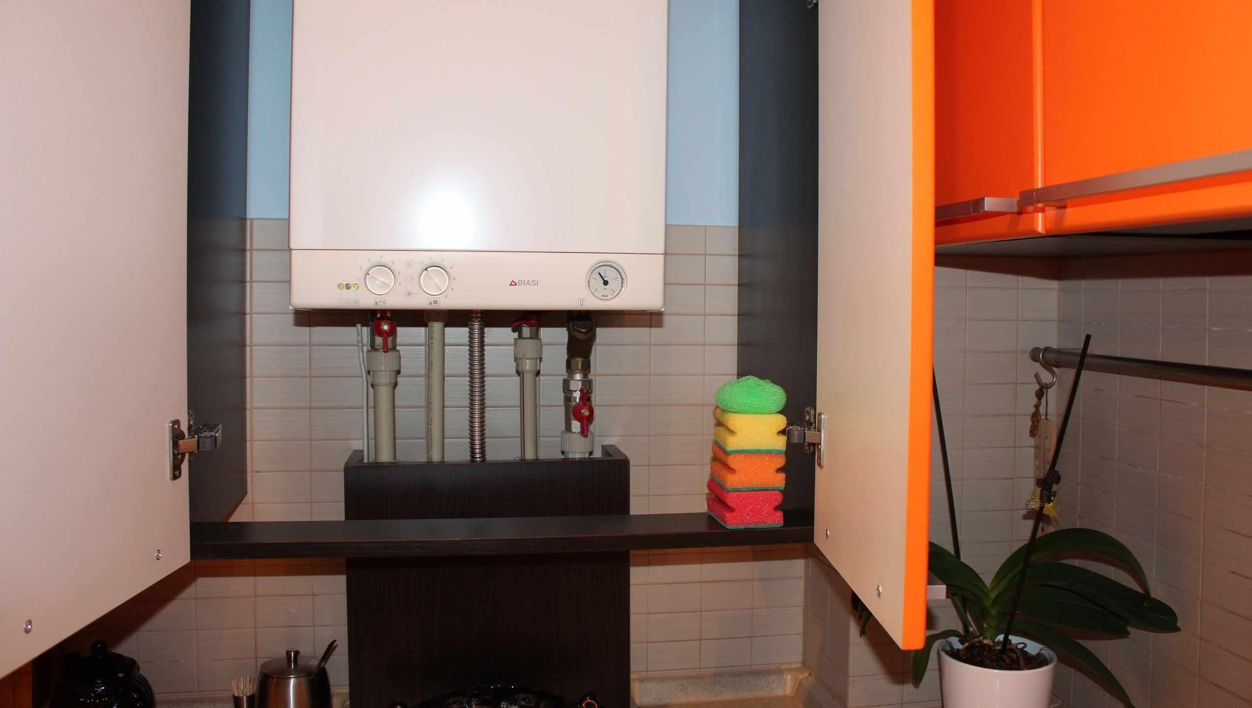 вариант необычного декора кухни с газовым котлом