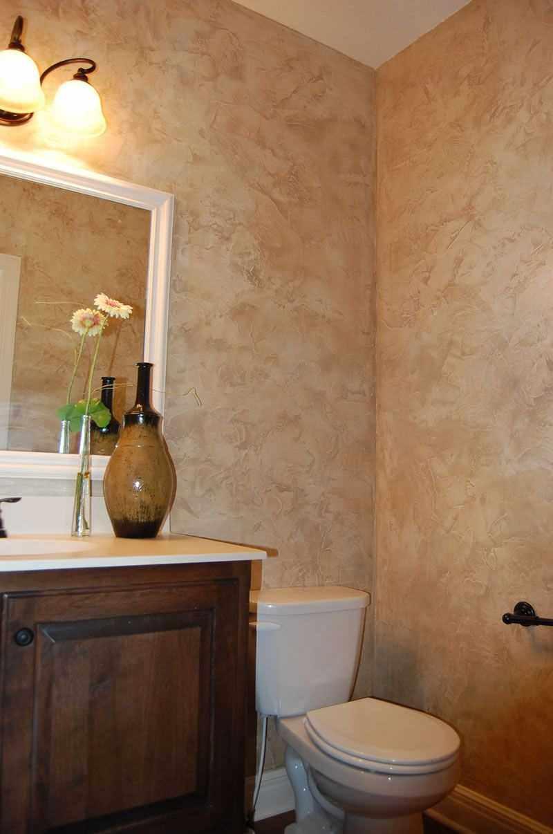 пример применения светлой декоративной штукатурки в декоре ванной комнаты